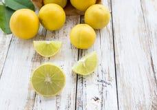 Limão fresco na tabela de madeira branca Fotografia de Stock