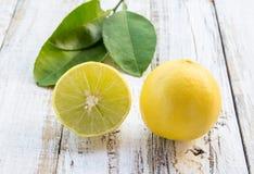 Limão fresco na tabela de madeira branca Foto de Stock