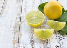 Limão fresco na tabela de madeira branca Imagens de Stock