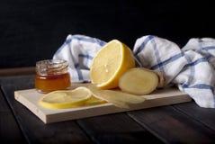 Limão, gengibre, mel na tabela de madeira Imagens de Stock Royalty Free