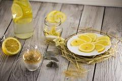 Limão, limonada, açúcar de bastão no fundo de madeira Imagens de Stock Royalty Free