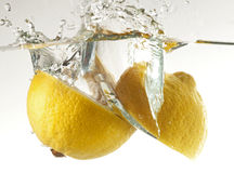 Limão na água Imagens de Stock Royalty Free