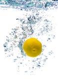Limão na água fotografia de stock royalty free