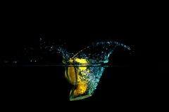 Limão na água no fundo preto Imagem de Stock Royalty Free