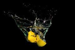 Limão na água no fundo preto Fotos de Stock Royalty Free