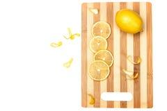 Limão na placa da cozinha Imagens de Stock