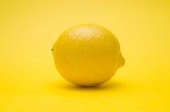 Limão no fundo amarelo Fotografia de Stock