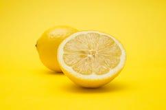 Limão no fundo amarelo Imagens de Stock