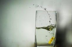 Limão no vidro da água Fotos de Stock Royalty Free