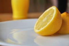 Limão orgânico e suco de limão engarrafado como um contraste de fresco e conservado Foto de Stock