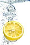 Limão que espirra na água Imagens de Stock Royalty Free