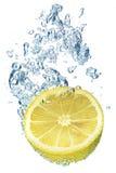 Limão que espirra na água fotografia de stock royalty free