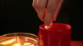 Limão sob a pressão em um copo do chá filme