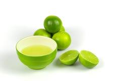 Limão verde com suco de lima recentemente espremido Imagem de Stock Royalty Free