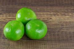 Limão verde na tabela de madeira Fotografia de Stock Royalty Free
