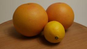 Limón amarillo con gusto amargo, agrios, vitaminas para la dieta sana almacen de video