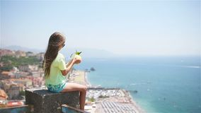 Limón amarillo grande a disposición en el fondo del mar Mediterráneo y del cielo metrajes