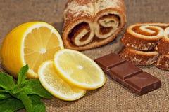 Limón, chocolate y menta en un fondo del yute Fotografía de archivo