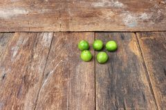 Limón con el verde en la tabla de madera, visión superior Fotografía de archivo