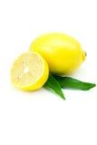 Limón con la hoja verde aislada en blanco Imagenes de archivo