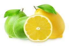 Limón con la rebanada y dos cales aisladas en blanco Foto de archivo