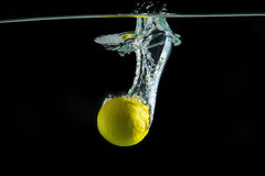 Limón con la reflexión en agua Fotografía de archivo