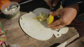 Limón del corte de la mujer en rebanadas Cocinar la comida en una hoguera en vida del forestCamp traveling metrajes