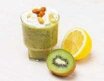 Limón delicioso del kiwi del smoothie del cóctel Imagenes de archivo