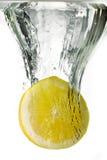 Limón en agua fotografía de archivo libre de regalías