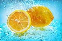 Limón en agua Foto de archivo