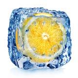 Limón en cubo de hielo Fotos de archivo