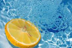 Limón en el agua #3 Imagenes de archivo