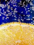 Limón en el agua chispeante 2 Foto de archivo libre de regalías