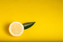 Limón en fondo amarillo Imagen de archivo