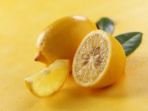 Limón en fondo amarillo fotografía de archivo