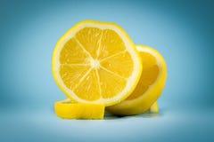 Limón en fondo azul Fotografía de archivo