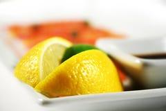 Limón en la placa Foto de archivo