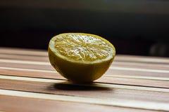 Limón en la tabla de madera Foto de archivo