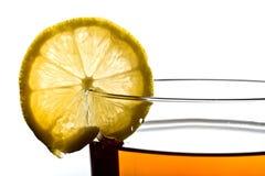 Limón en la taza de té Foto de archivo libre de regalías