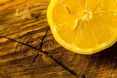 Limón en un corte del tronco de árbol Fotografía de archivo libre de regalías