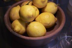 Limón en un cuenco Imagen de archivo libre de regalías