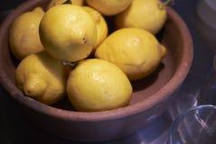 Limón en un cuenco Imágenes de archivo libres de regalías