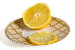 Limón en un platillo del té Imágenes de archivo libres de regalías