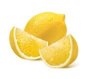 Limón entero y dos rebanadas cuartas aislados en blanco Fotos de archivo libres de regalías