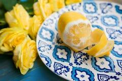 Limón fresco amarillo en la placa con el modelo azul Imágenes de archivo libres de regalías