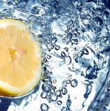Limón fresco en agua fotos de archivo libres de regalías