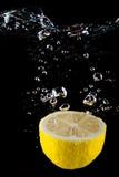 Limón fresco en el agua Fotos de archivo libres de regalías