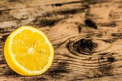 Limón fresco en fondo de madera Fotos de archivo libres de regalías