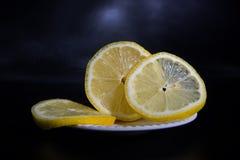Limón fresco, maduro en un platillo Imagenes de archivo