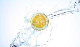 Limón fresco que salpica bajo el agua Fotos de archivo